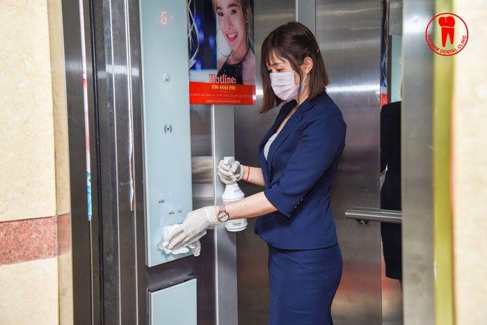 Lau chùi thang máy bằng nước sát khuẩn