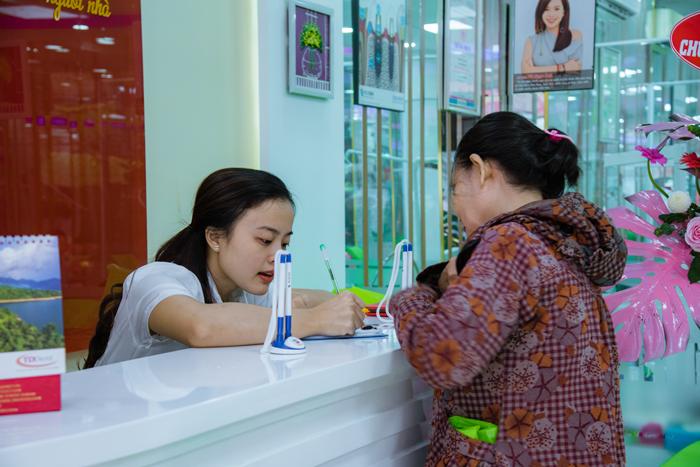 Khách hàng đăng ký làm răng ngày khai trương