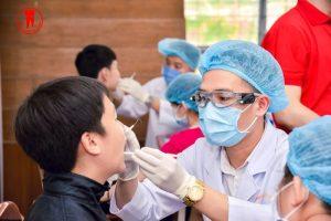 Các Bác Sĩ tận tâm thăm khám và tư vấn cho các em