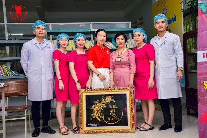 Đội ngũ Y Bác Sĩ, Phụ Tá chụp hình lưu niệm cùng đại diện 2 đơn vị Nha Khoa Đại Nam Sài Gòn và Trường THPT Ngô Quyền