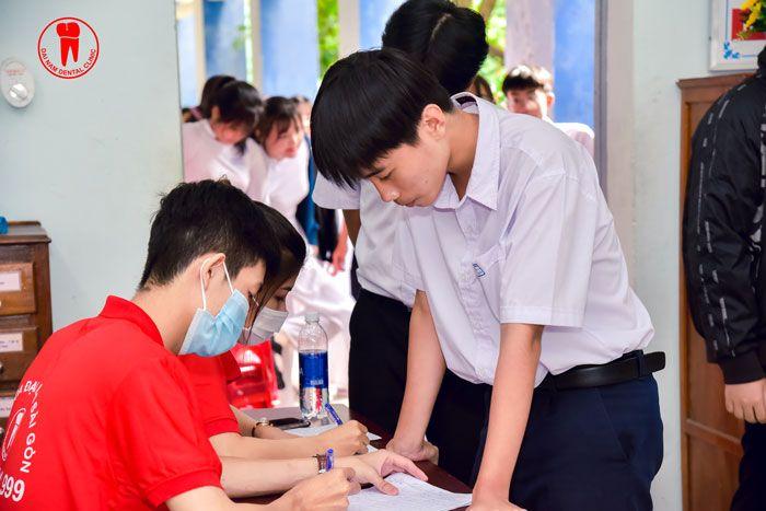 Rất đông học sinh ghi danh để được thăm khám răng miệng