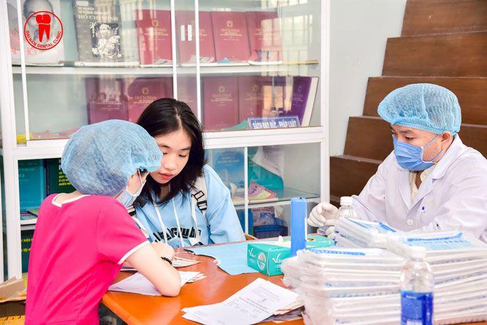Phụ tá Nha Khoa Sài Gòn hướng dẫn chi tiết cách sử dụng voucher cho học sinh