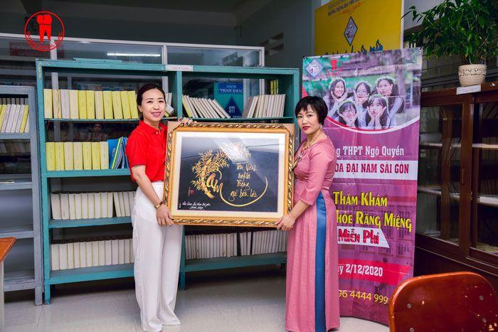Đại Diện Nha Khoa Đại Nam Sài Gòn trao quà lưu niệm cho trường THPT Ngô Quyền