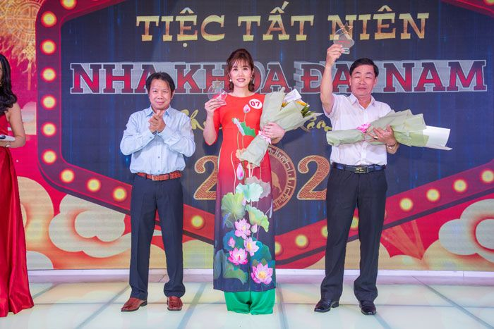 Bác Sĩ Trung trao kỷ niệm chương cho nhân viên Đặng Thị Thu và Tô Hoàng Phúc