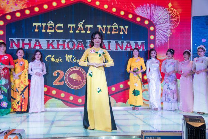 Các thí sinh rất duyên dáng trong tà áo dài Việt Nam