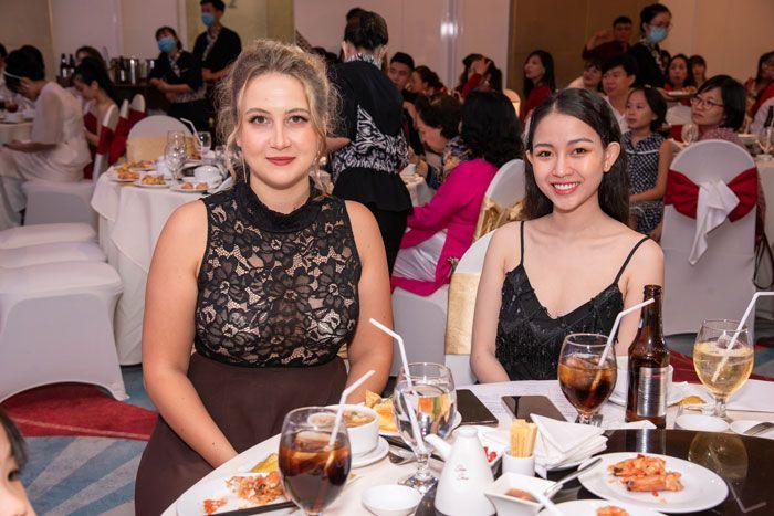 Diễn viên Song Dương (Phải) và cô giáo Tiếng Anh Anna (Phải) khách mời buổi tiệc