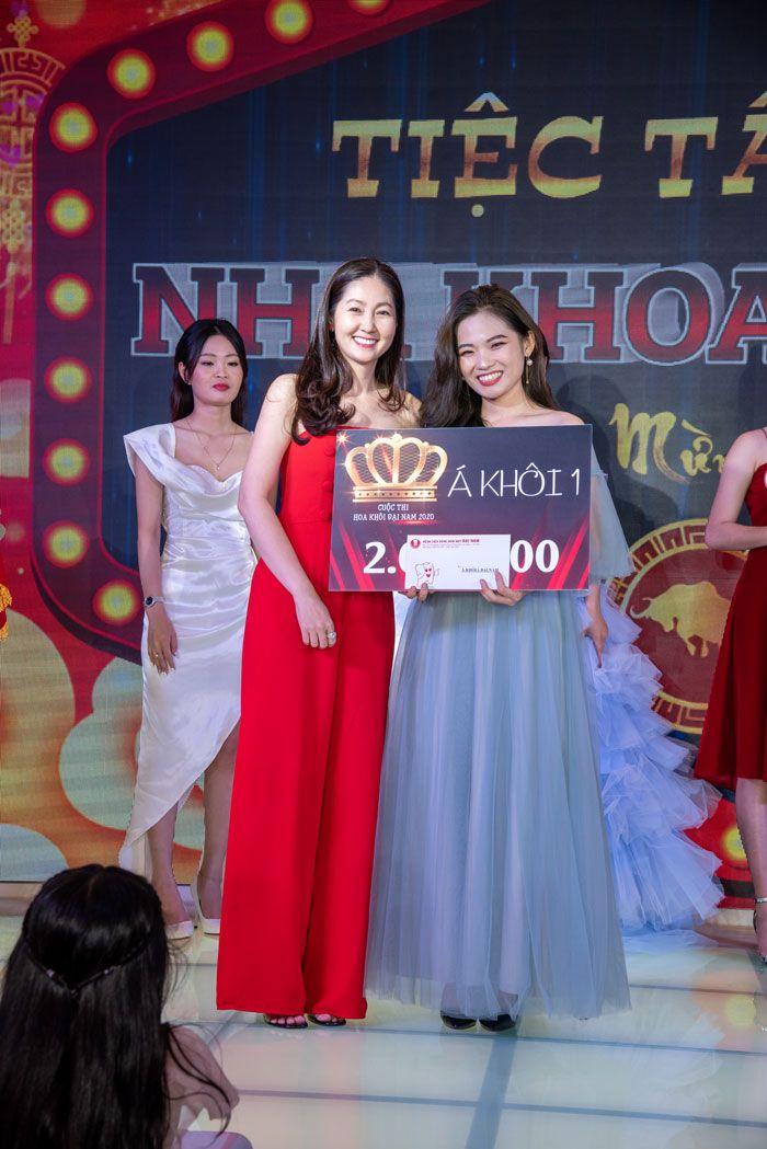 Doanh nhân Minh Thu trao giải cho Á khôi 1 là thí sinh Đào Thị Quỳnh đến từ Nha Khoa Nissei