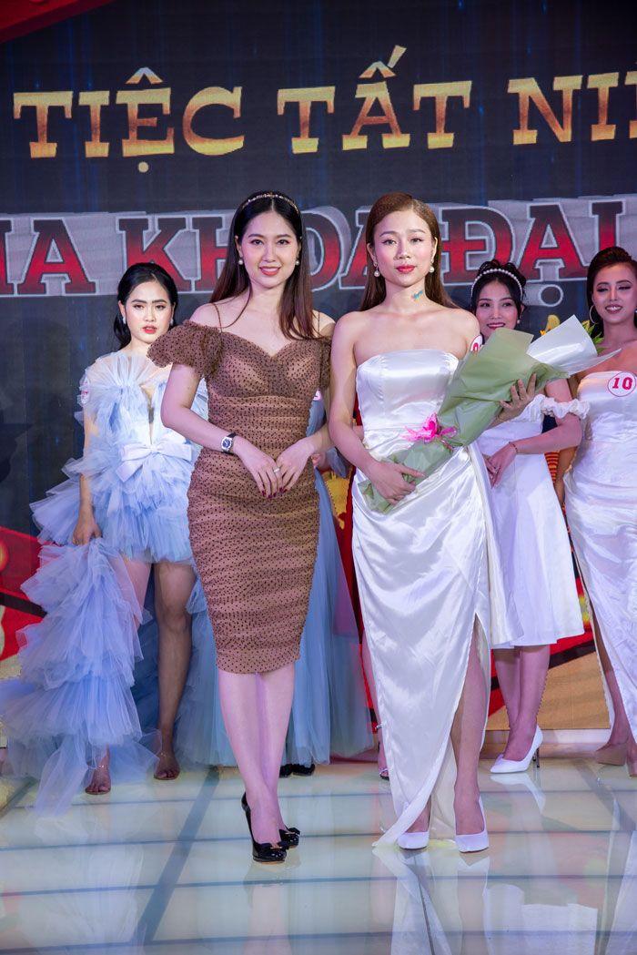 Người đẹp Tây Đô Tuyết Phương trao hoa cho thí sinh Lê Thị Ánh Vy có trang phục ấn tượng