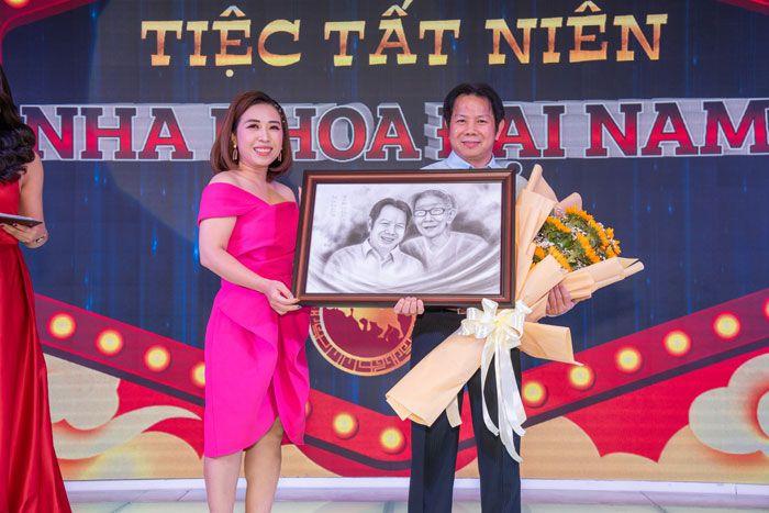 Phó GĐ MKT tặng hoa và tranh cho tổng giám đốc Nha khoa Đại Nam