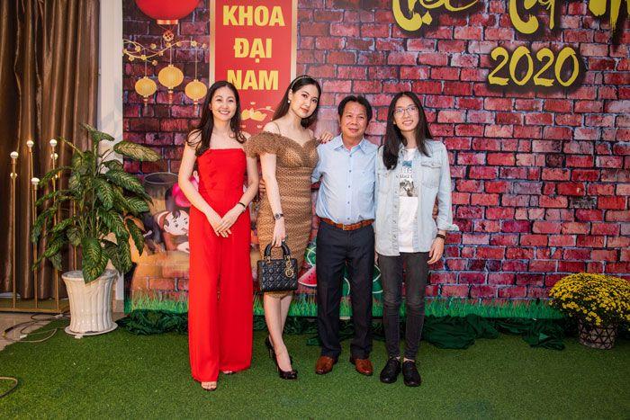Từ trái sang Doanh nhân Minh Thu, người đẹp Tây Đô Tuyết Phương, Bác Sĩ Hồ Ngọc Tiên Trung và bé Hạnh Nguyên con gái của Bác Sĩ Trung