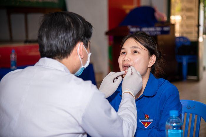 bác sĩ nha khoa sài gòn thăm khám răng miệng cho học sinh trường dân tộc nội trú tỉnh khánh hòa