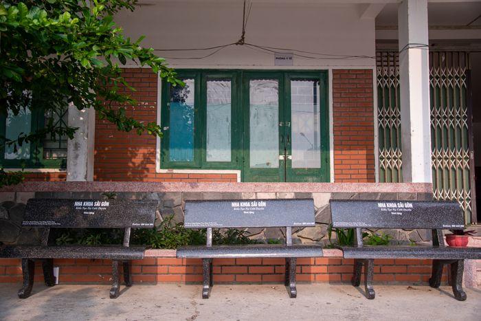 nha khoa sài gon nha trang tặng ghế đá cho trường hermann gmeiner