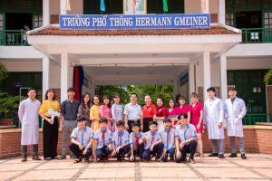 Thầy cô Trường Hermann Gmeiner chụp hình lưu niệm cùng bác sĩ Nha khoa Sài Gòn