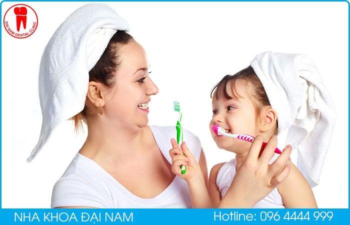 vệ sinh răng miệng cho trẻ tránh tình trạng răng bị mủn